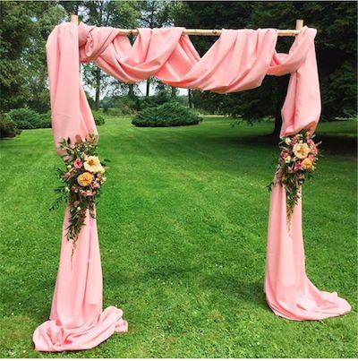 Svatební slavobrána podle přání nevěsty. Bříza a pudrová jsou letos v kurzu.