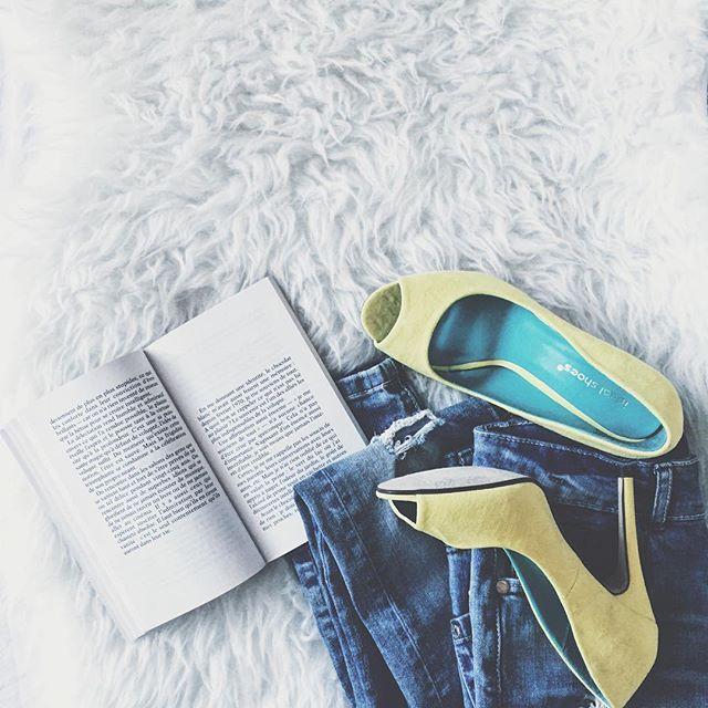 Приманиваю весну желтыми туфельками #kunderasstuff  А ещё сегодня вечером выступаю на конференции (см. ссылку в профиле). Приходите, поболтаем!  #booksandfashion #booksandheels #yellow #smartblog #смартблог #книгофил #книгочей #книгоман #книголюб #книгоблог #книгоблогер #книжныйинстаграм #книжнаяполка #книжныйчервь #книжныйблог #fashion #yellowheels