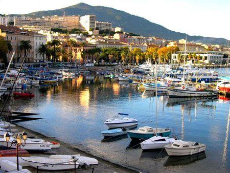 Port d'Ajaccio - Corse www.louercorse.com