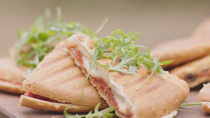 Het hoeven niet altijd croques met ham en kaas te zijn. Probeer het eens met blauwe kaas en perzik, met tomatensaus en pikante salami of met tomatensaus en ansjovis. Drie geweldige varianten op een al even geweldige klassieker.