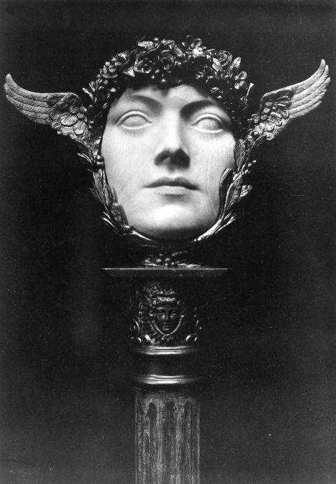 HYPNOS!! Un Masque, Fernand Khnopff. Photographie rehaussée d'Arsène Alexandre, 1897.: