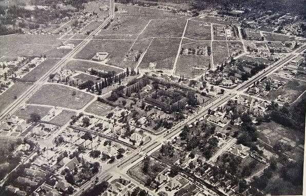 Foto udara kawasan Reinersz Boulevard dan Darmo Boulevard, Surabaya tahun 1880 - 1920.