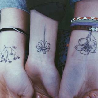 Flores que combinam com as das amigas: | 65 ideias absolutamente inspiradoras para tatuagens de punho