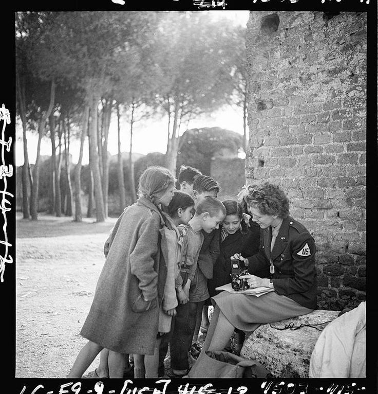Int'l Center of Photography (@icp) sur Instagram: Happy birthday to Toni Frissell! During World War II, she was the official photographer for the American Red Cross and for the Women's Army Corps of the U.S. Office of War Information. #WomensHistoryMonth 📷Unidentified Photographer, Toni Frissell with children, March 1945 #ICPhotog elizabethglobalSo underrated and because she left all her work to the public domain, at least two album covers feature her photo, uncredited.