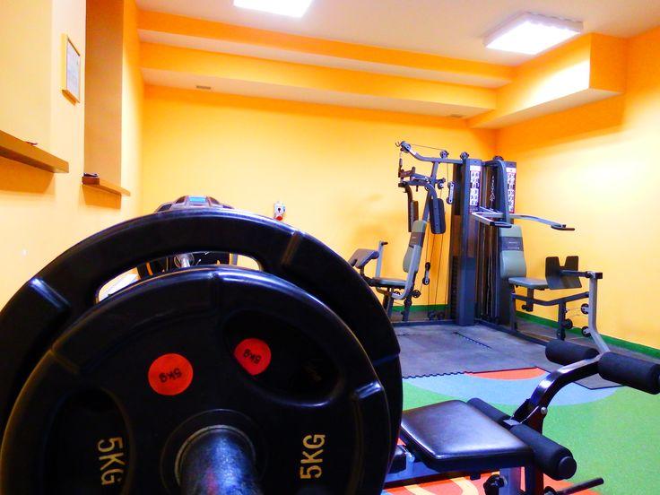 Sala fitness, gdzie można poćwiczyć wyposażona jest w bieżnię, atlas, sztangę, oraz kilka orbitreków.