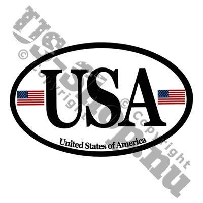 35,00 DKK. Klistermærke ~ Ovalt landemærke med USA og flag. Holdbart vinyl klistermærke til bilen!  Stickeren er formet som et ovalt landemærke og bærer teksten USA, flankeret af to små Stars & Stripes.  Fremstillet i USA i holdbart UV-coated vinyl.  Pynter ikke kun på bilen, men kan også bruges på campingvogn, postkasse, køleskab og alle ander overflader af metal, glas eller plastic.  Målene er 8 x 12,5 cm.