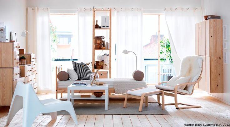 Amestecul de lemn natur și culori deschise poate crea o atmosferă calmă.  MERETE set perdele IVAR secțiune cu polițe FJELLSE cadru pat IKEA PS VAGÖ fotoliu IVAR corp suspendat POÄNG fotoliu și taburet  www.IKEA.ro