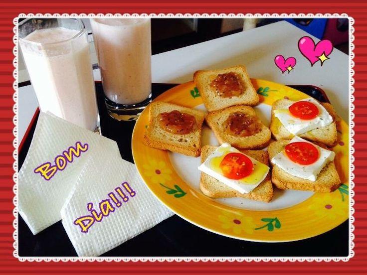 Torradas com a minha compota de maca com kiwi, e queijo branco tomate e azeite...;)