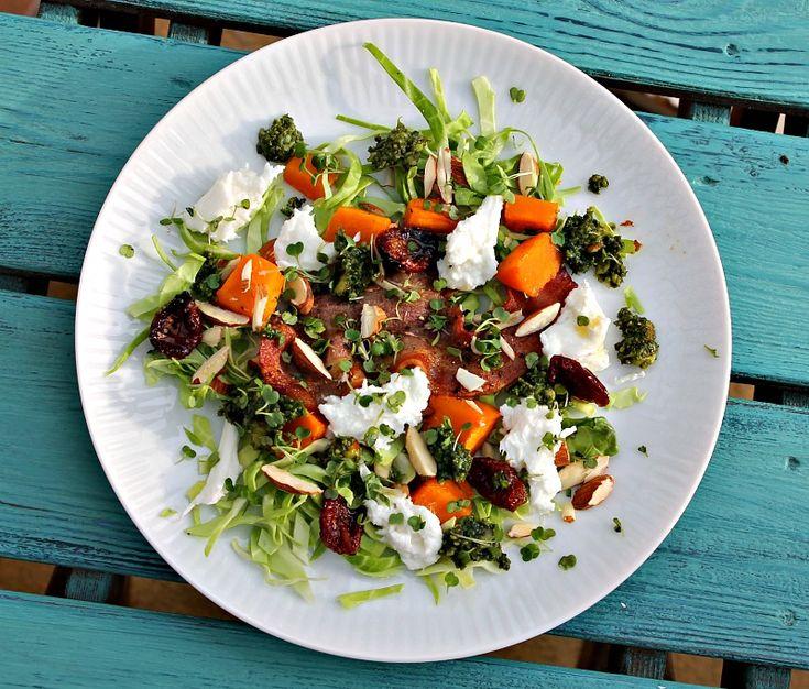 Salat med bagt butternut Squash, spidskål, bacon samt mozzarella Salad with baked butternut squash , cabbage , bacon and mozzarella