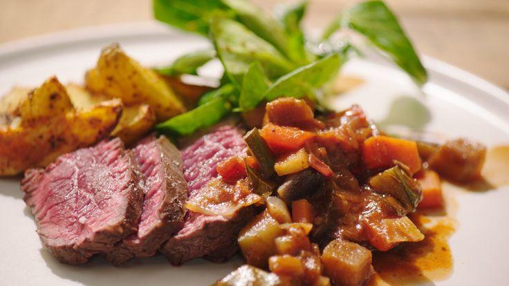 Een overheerlijke onglet met provençaalse saus en aardappelwedges, die maak je met dit recept. Smakelijk!