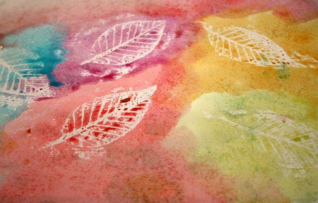 Wrijf met witte wasco over een papier waar bladeren onder liggen. Verf dan het papier met waterverf of ecoline. Mooi resultaat!