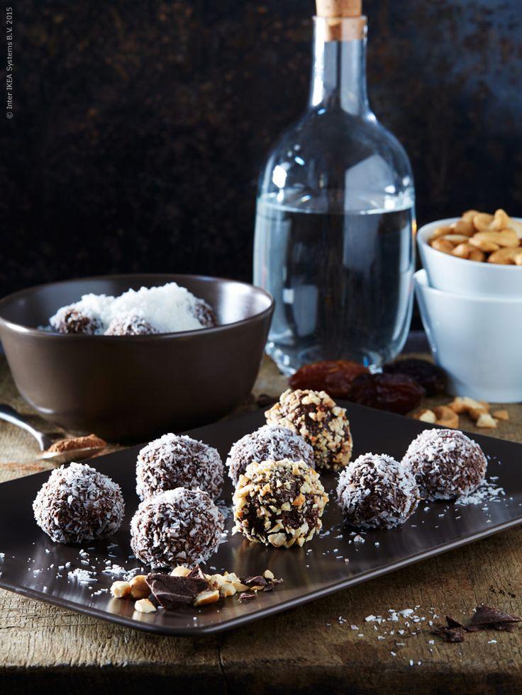 Testa ett nytt recept – raw chokladbollar är både gott och nyttigt! DINERA tallrik och skål med SINNERLIG flaska. Klicka på bilden för recept.
