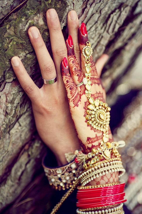 Bridal hand jewellery and henna or mehendi design. Photo by Deo Studios