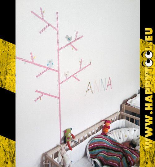 061 - Decorazioni: Con del nastro adesivo colorato (washi tape) si può facilmente decorare una parete in maniera veloce e pulita.