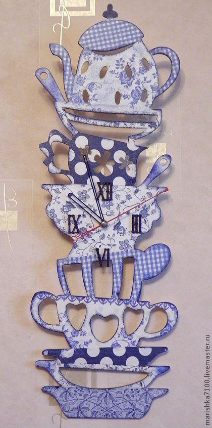 Часы `Бабушкин сервиз - 2`. Веселенькие часики украсят Вашу кухню и напомнят о семейных посиделках с чаепитием. Могут составить комплект с набором 'Буренка'. Выполнены в технике декупаж.
