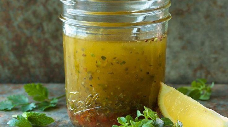 Vinagreta Balsámica Bate jutas 3 cucharadas de vinagre balsámico (blanco u oscuro), 1-1/2 cucharada de agua tibia, 1 cucharadita de mostaza Dijon, y 1/2 cucharadita de ajo picado, de sal kosher, y de pimienta negra fresca.  Batiendo continuamente, lentamente vierte 1/3 de aceite de oliva extra-virgen hasta que emulsiones.