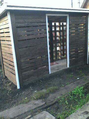 Старые поддоны из под кирпича, стали домом для дров. Покрыто самой дешевой пропиткой.   #palet #wood #recicling #diy #firewood #поддоны #паллеты