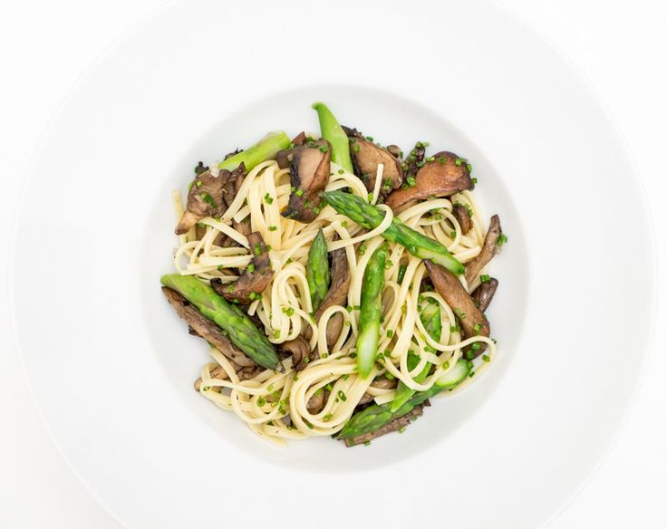 There's no need for meat in pasta dishes. All you need is high quality vegetables and good olive oil!  This recipe yields 4 servings.  Ingredients 300 g linguini pasta 10 green aspargus, break of the fibrous end and slice the rest into smaller pieces 200 g mushrooms divided in 4 pieces 200 g oyster mushrooms 200 g portobello mushrooms diveded in 6