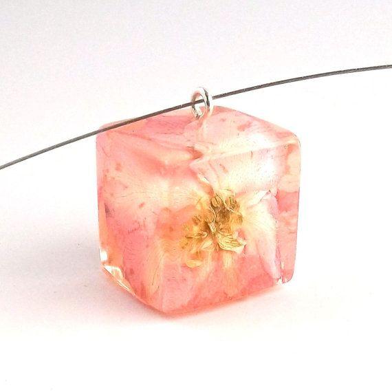 Ciondolo in resina rosa Larkspur.   Pressato collana pendente