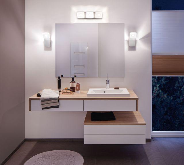 Salle de bains aux couleurs alu, matière métal et acryl
