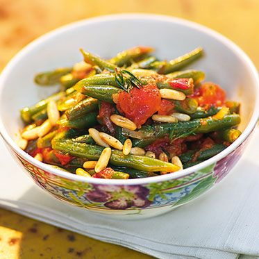 Bohnen mit Tomaten und Pinienkernen Rezept | Gartenfrisch und sonnensatt. Aus frischem Sommergemüse wird dieses leichte Sommer-Gericht zubereitet und mit Knoblauch und Pinienkernen abgeschmeckt.