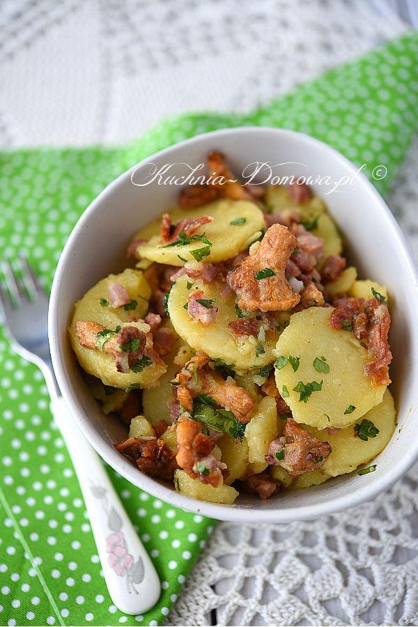 Sałatka ziemniaczana z kurkami - sałatka ziemniaczana w stylu bawarskim, bez dodatku majonezu. Zamiast majonezu ziemniaki zalane są bulionem z dodatkiem octu i oleju. Sałatkę wzbogaca dodatek kurek i suszonych pomidorów.