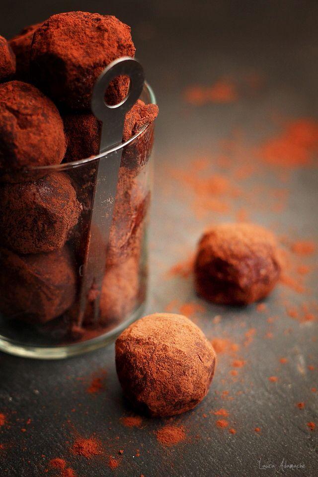 Trufe cu mascarpone si rom, ingrediente si mod de preparare. Reteta bomboane cu mascarpone, rom si biscuiti. Trufe cu mascarpone reteta.