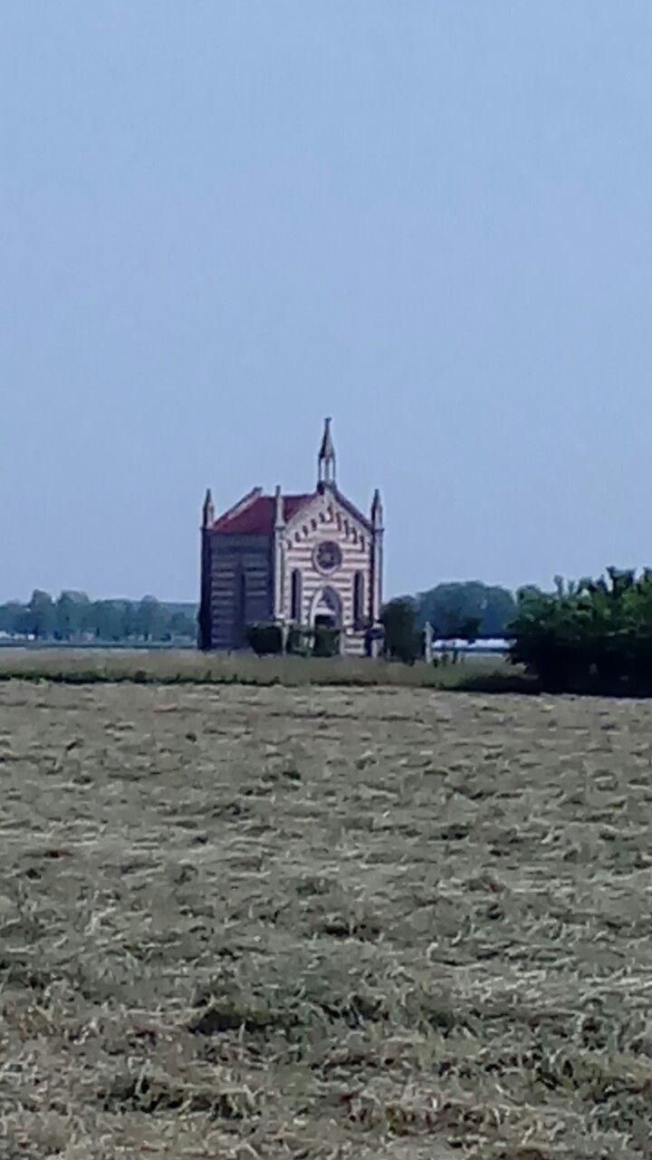 Via pradis...vicino a cesarolo..san michele al tagliamento...venezia ...piccola cappella in mezzo al campo