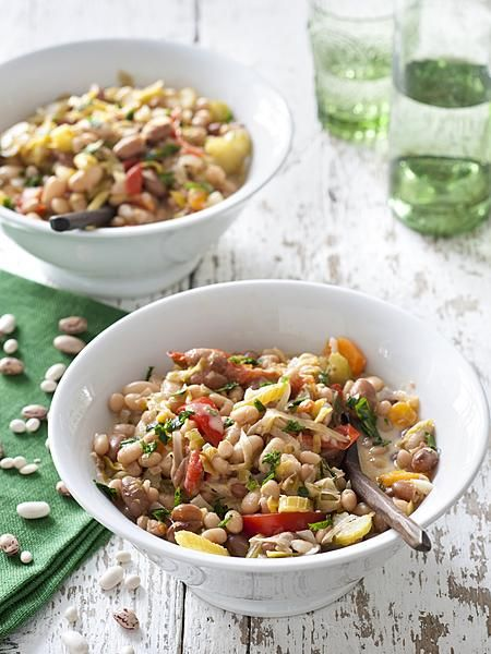 Jarno Eggen is chef-kok van De Groene Lantaarn in Zuidwolde. Hij bedacht een variatie op de Drentse veenstekersschotel. Niet met bruine bonen, maar juist een frisse lentevariant met Drentse kievitsbonen, witte bonen, tomaten en knapperige selderij.