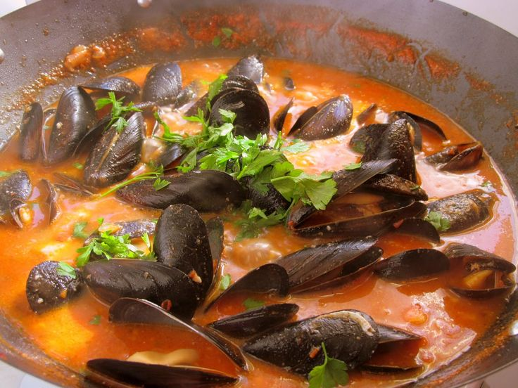 Delicious mussels in spicy tomato souce and feta cheese http://atelier-carmen.blogspot.de/2014/08/scoici-in-sos-picant.html