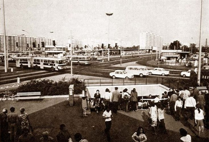 1970-es évek. Az Örs vezér tere. Fellelhetőek: Ikarus,Barkas, Wartburg, Skoda, UFO és a gyalogos lejáró.A szemétgyűjtő még csikktartó nélkül és a
