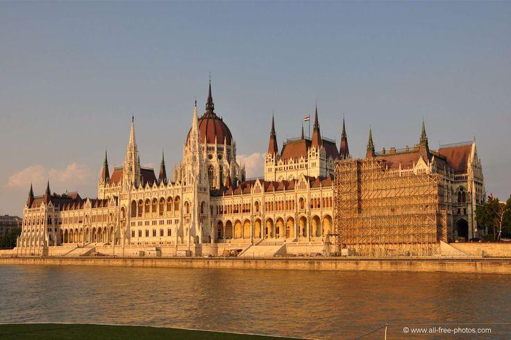 Parlamento de Budapest (Hungría).  Es el edificio más conocido y turístico de la capital húngara y es el centro de la legislatura del país y de la Biblioteca del parlamento. El edificio, que se encuentra a orillas del Danubio, fue construido entre 1885 y 1904.