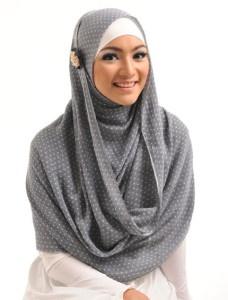 Selika Kanna    Selendang berbahan katun lembut ini bisa leluasa Anda kreasikan dalam berbagai gaya masa kini, motif yang sederhana dalam warnawarna cantik siap Anda koleksi.    Note : ciput dan bros dijual terpisah  http://jilbabmodis.net/elzatta-hijab/selika-kanna