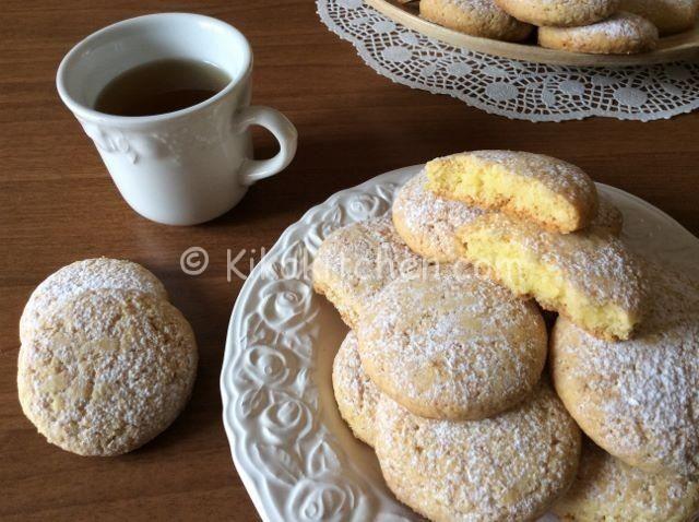 I biscotti ripieni al limone sono dei profumatissimi biscotti di pasta frolla con un cuore morbido al limone. Ottimi come fine pasto.