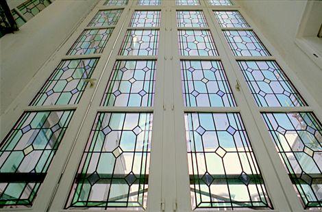 """Façade immeuble vitrée - Motif """"Castel"""" - Réalisation sur verre clair 4mm - Montage en double-vitrage - Films couleur - Honky Tonk Vitrail"""