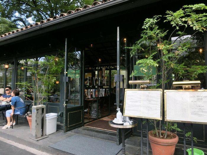 代官山のシンボル的存在のレストラン、ASOと併設しているのがこちらのカフェ・ミケランジェロ。 古きよきイタリアのカフェをコンセプトに作られています。 通りに置かれたテーブル席がオシャレです。