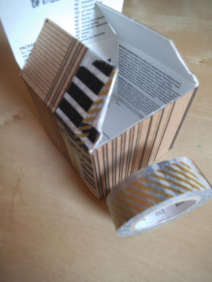 Une boîte retournée, du masking tape = une autre boite.