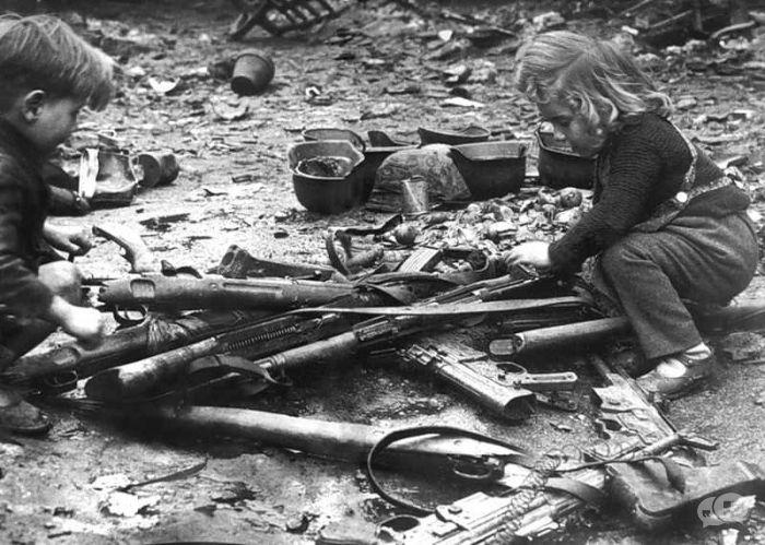 Kinders speel met wapens in Berlyn - 1945
