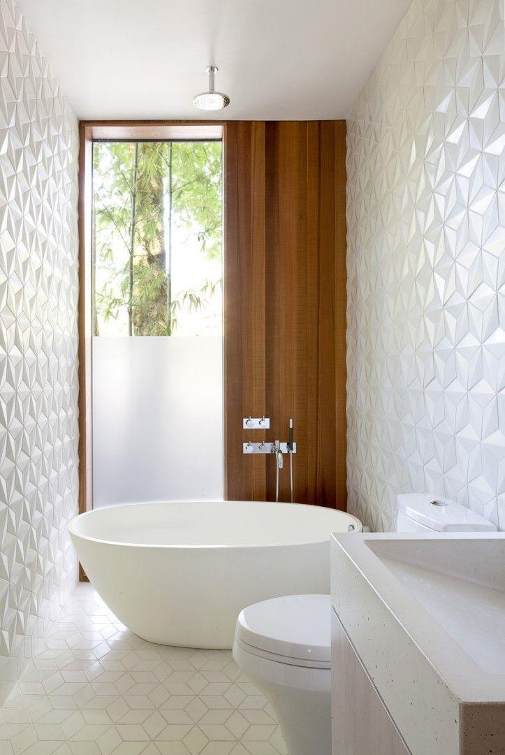 salle de bain moderne avec carrelage mural à effet 3D et baignoire îlot ovale