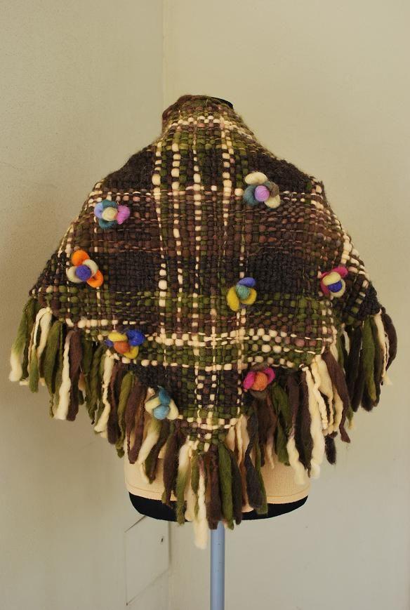 Tejidos en telar, 2 agujas y crochet, diseños únicos y originales. Tramas y modelos tejidos de manera artesanal.