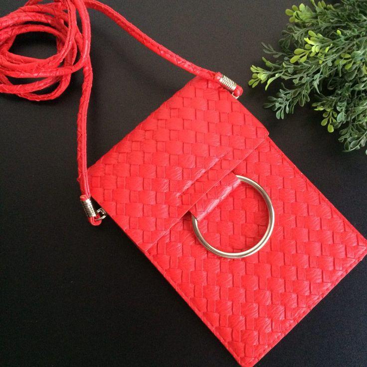 klein rood schoudertasje met metalen ring - musthave April - 4leafs4joy - party - 12,5 cm breed - 18 cm hoog-gevlochten imitatieleer-2 grote vakken-1 kleine