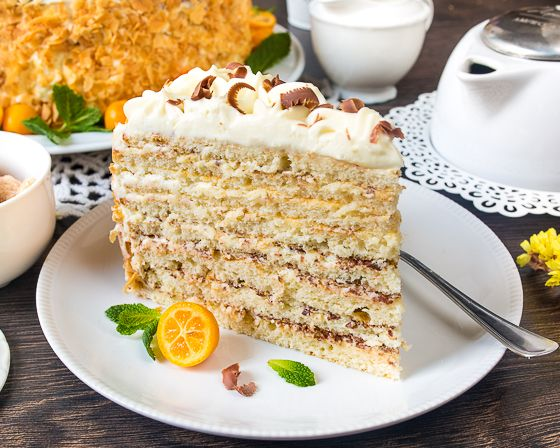 """Отдаю должок просившим рецепт этого торта со странным названием. Это самое название заставило моего внутреннего филолога пойти на этимологическое расследование - почему именно """"Молочная девочка""""? Оказывается, одна крупная корпорация производит в Германии сгущенку (которая входит в состав торта в довольно большом количестве) под названием """"Milchmädchen"""" - в дословном переводе - молочница (девушка, занимающаяся доставкой молока). [...]"""