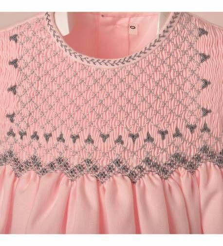 Precioso faldón con capota para bebe niña en viyela rosa bordado a mano en punto smock de moda infantil