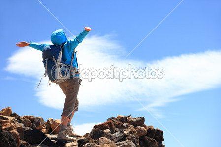 Gelukkige vrouw wandelaar bereiken van haar doel op de hoogste top van de berg — Stockbeeld #22312591