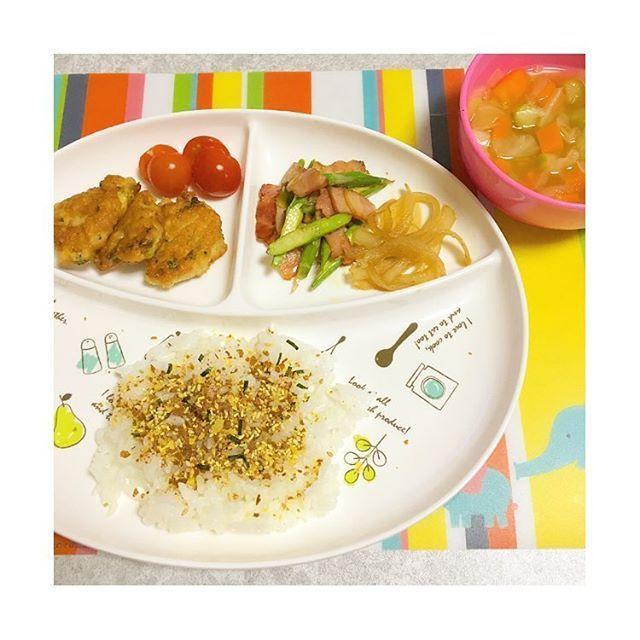 hira38yuy.r#夜ごはん . ふりかけご飯 ブロッコリー入りナゲット アスパラベーコンのバター醤油炒め 玉ねぎの甘辛炒め 野菜たっぷりスープ トマト .  ナゲットは一番最初に食べてくれて嬉しかった♡ アスパラもなんとか食べてくれて完食! . #離乳食 #幼児食 #Instafood #babyfood #kidsfood #お子様プレート #娘ごはん #こどもごはん #5月生まれ #21ヶ月 #1歳9ヶ月 #1歳 #手づかみ食べ #ワンプレート #おうちごはん #食育 #暮らし#夜食#dinner#晩ごはん