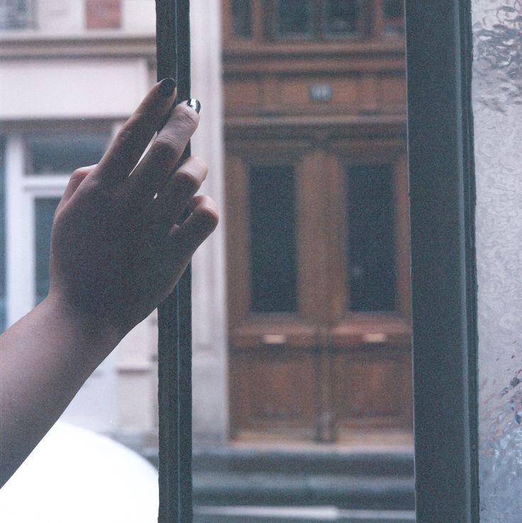 Comme une main sur la fenêtre  Lynn on #fujifilm #nhgii800  with a #mamyia #c330