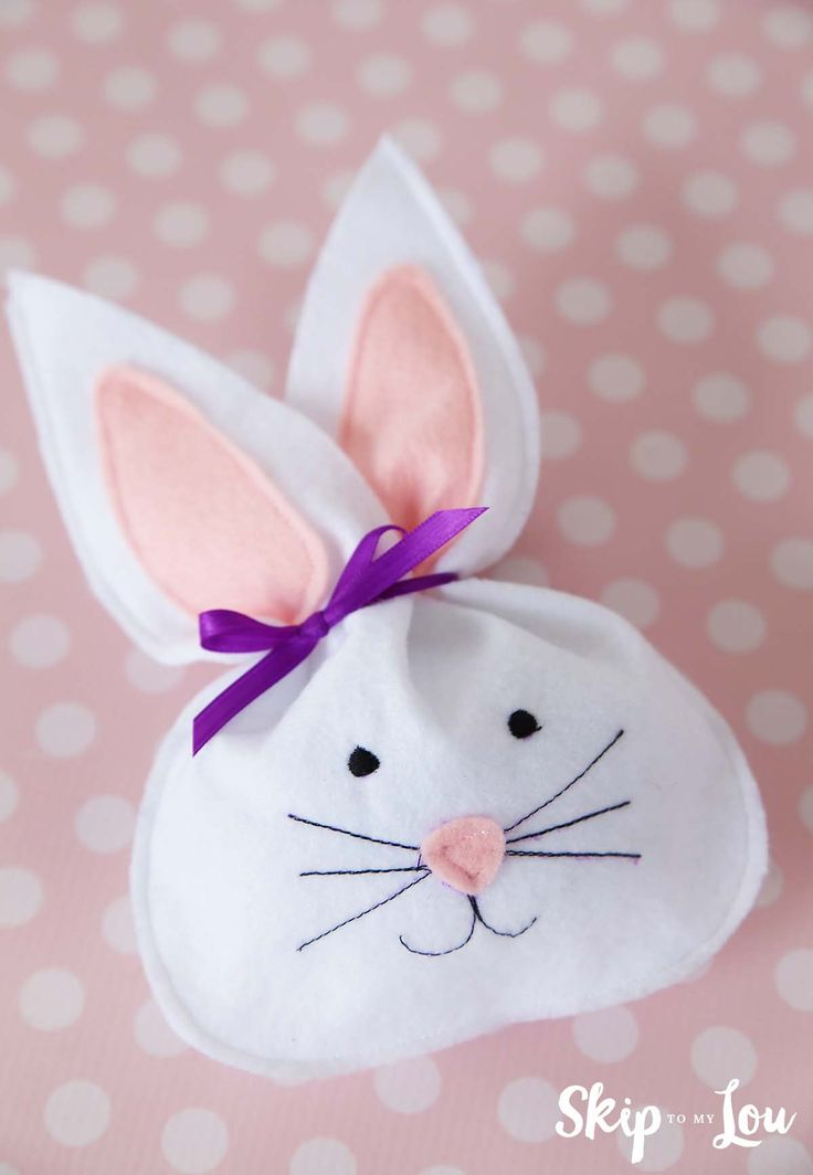 Felt bunny treat bag makes the perfect favor for Easter dinner or take home party favor. They would also be cute tucked in an Easter Basket. Free template! MichaelsMakers Skip to My Lou