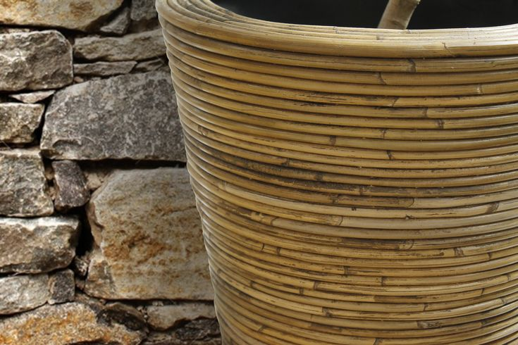 Linja E Vazove Unike Me Veshje Bambuje Natyrale Eksluzivitet I Megatek Kujdeset Per Bimet Dhe Njekohesisht Per Estetiken Flower Vases Vase Work Tools