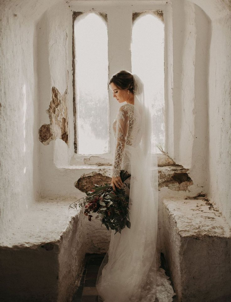 LIKES: castle wedding. Love the royalty. Meditative quality. Beauty but also simple elegance. Old or timelessness. Solitude and self-love DISLIKES: the old marriage can be a bit like slavery, I wonder if she's sad