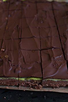 Här kör vi ännu ett lätt recept! Inget rullande, doppa i choklad eller krångligheter.Du rör ihop smeten, på med ett marsipanlock, smälter mörk choklad och brer på ett lager. Sen skär önskade bitar! Klart!Dammsugarna är godast om de får sätta sig lite så efter någon timme i kylen så är den redo. Jag använde en 35*25 cm form, [...]